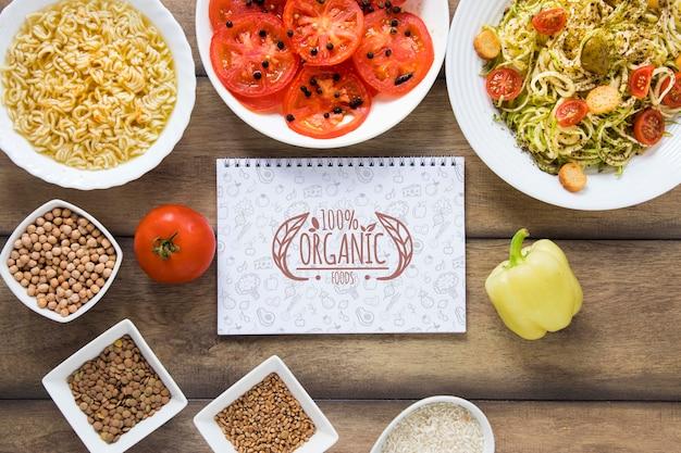 Arrangement de vue de dessus avec nourriture et cahier Psd gratuit