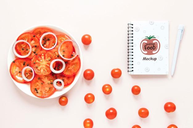 Arrangement de vue de dessus avec tomates cerises et cahier Psd gratuit