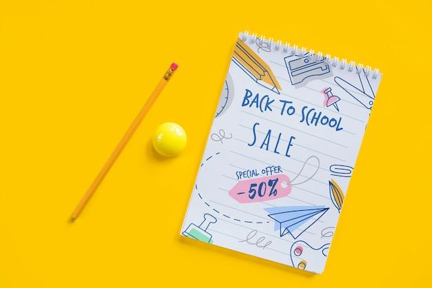 Arrangement de vue de dessus avec la vente de retour à l'école Psd gratuit
