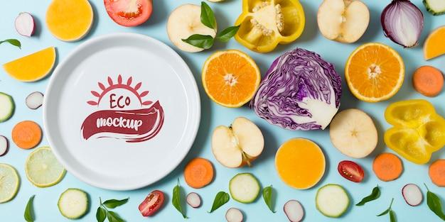 Assiette De Maquette D'aliments Sains Avec Des Tranches De Légumes Et De Fruits Psd gratuit