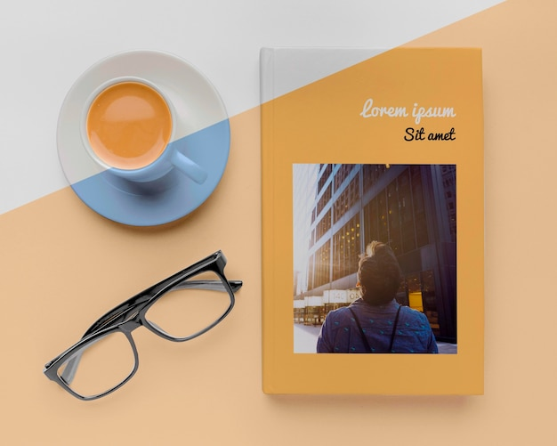 Assortiment De Maquette De Couverture De Livre Avec Tasse De Café Et Verres Psd gratuit