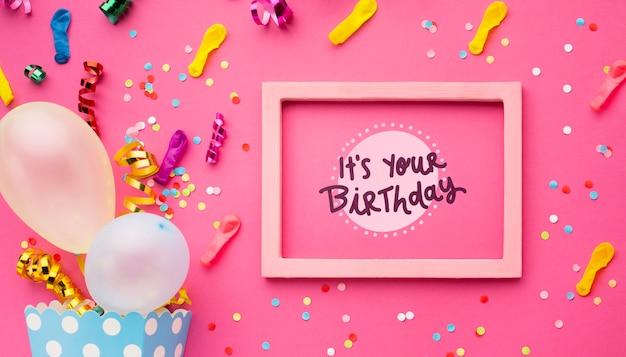 Ballons D'anniversaire Avec Des Confettis Colorés Psd gratuit