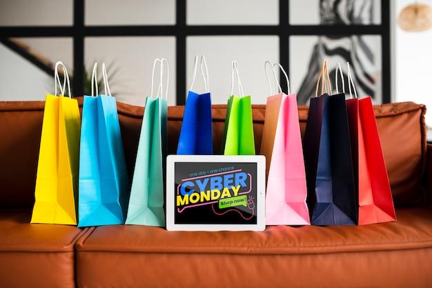 Bannière cyber lundi avec des sacs en papier coloré Psd gratuit