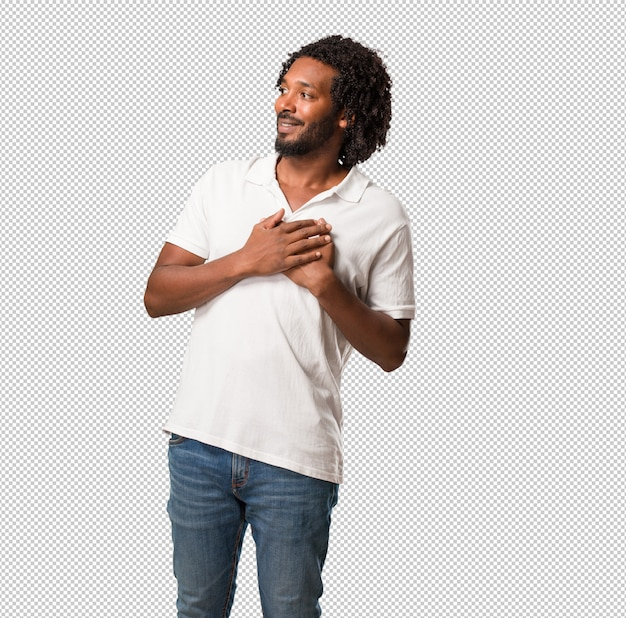 Beau afro-américain faisant un geste romantique, amoureux de quelqu'un ou montrant de l'affection pour un ami PSD Premium