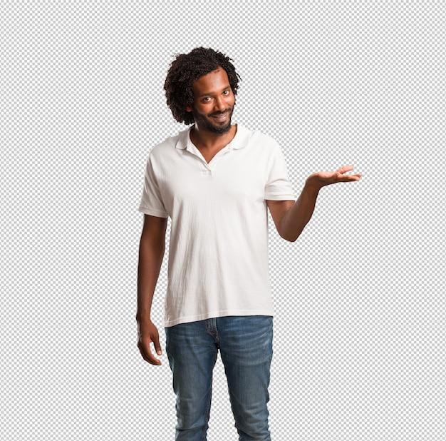 Beau Afro-américain Tenant Quelque Chose Avec Les Mains PSD Premium