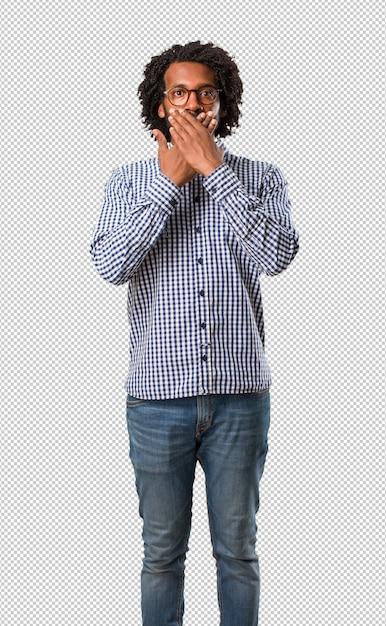 Beau homme afro-américain couvrant la bouche, symbole du silence et de la répression, essayant de ne rien dire PSD Premium