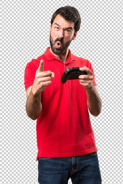 Beau jeune homme criant et jouant à des jeux vidéo PSD Premium