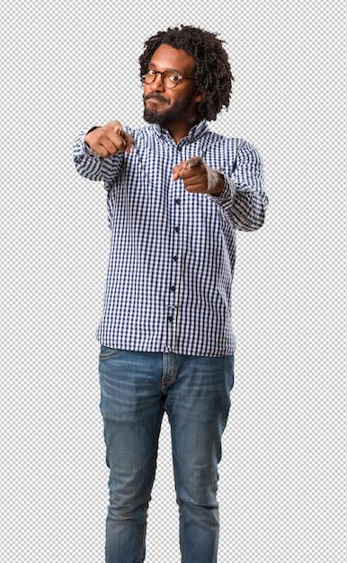 Bel Homme Afro-américain D'affaires Gai Et Souriant Pointant Vers L'avant PSD Premium