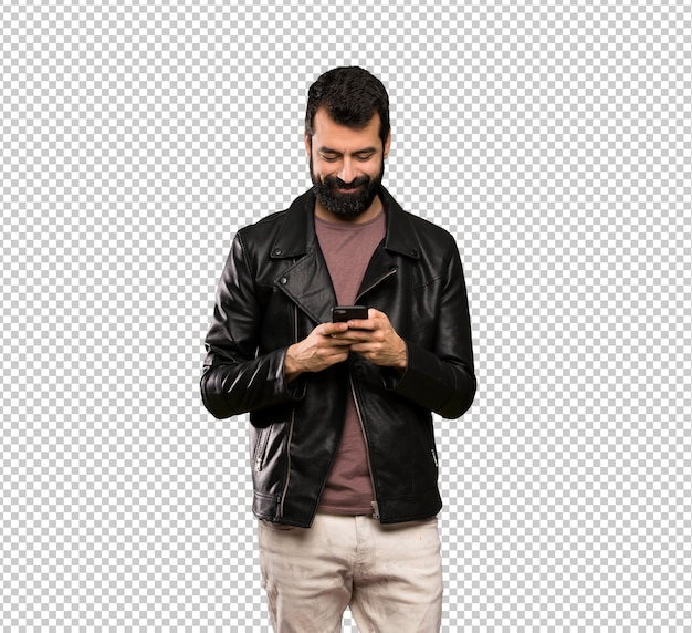 Bel homme à la barbe envoie un message avec le téléphone portable PSD Premium