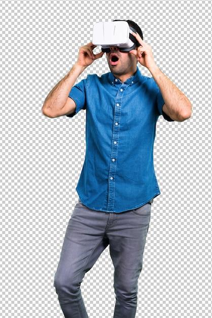 Bel homme avec une chemise bleue à l'aide de lunettes de réalité virtuelle PSD Premium