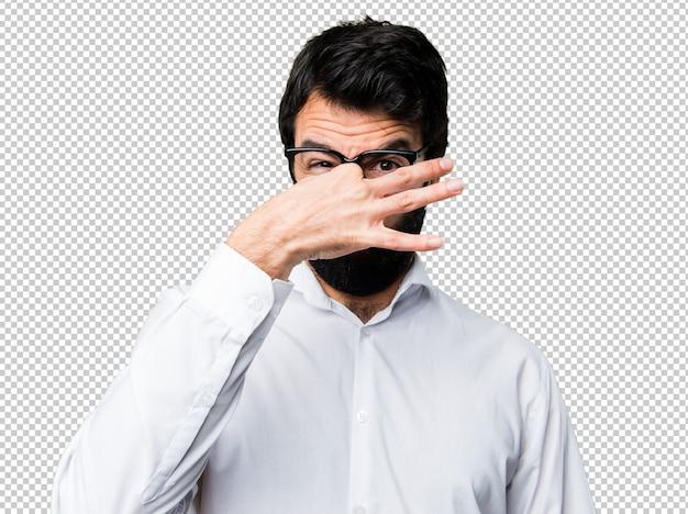 Bel homme avec des lunettes faisant sentir mauvais geste PSD Premium