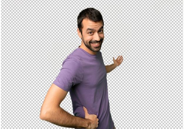 Bel homme pointant en arrière et présentant un produit PSD Premium