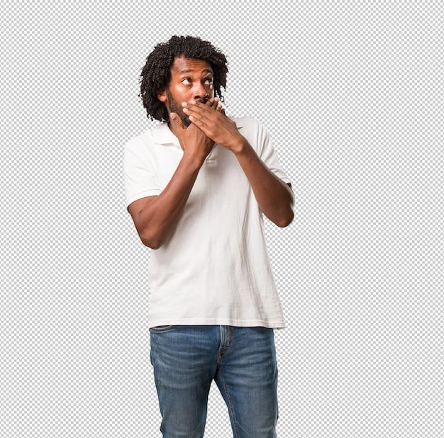 Belle bouche afro-américaine couvrant, symbole du silence et de la répression, essayant de ne rien dire PSD Premium