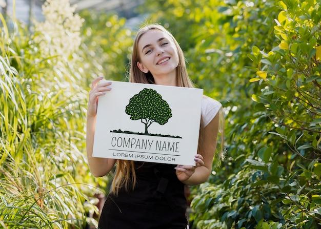 Belle Jeune Fille Entourée De Plantes Psd gratuit