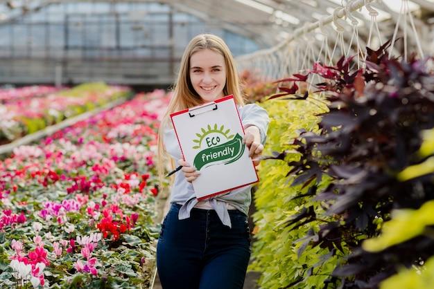 Belle Jeune Fille Tenant Une Pancarte écologique Psd gratuit