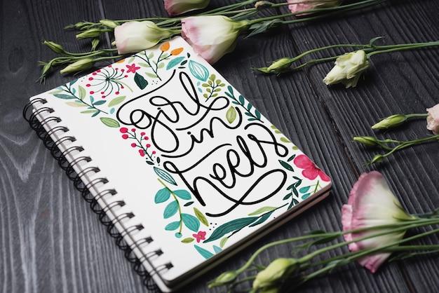 Belle maquette de couverture de carnet avec décoration florale Psd gratuit