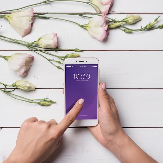 Belle maquette de smartphone avec décoration florale Psd gratuit