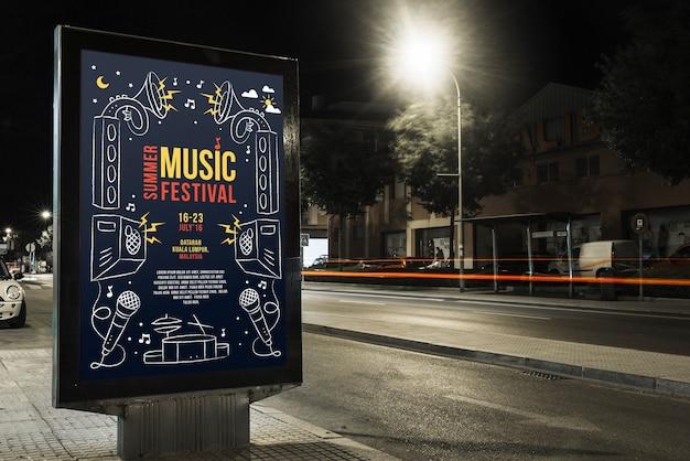 Billboard maquette en ville la nuit Psd gratuit