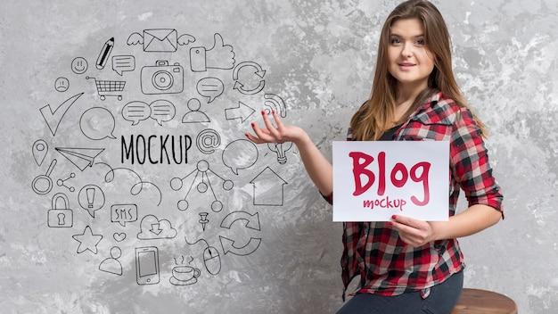 Blogger Mid Shot Tenant Du Papier Maquette PSD Premium