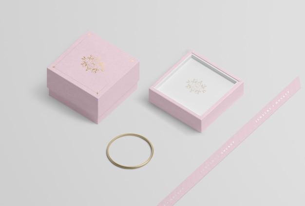Boîte à bijoux vide près du bracelet en or Psd gratuit