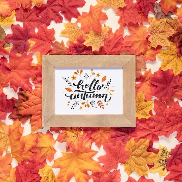 Bonjour automne citation entouré de feuilles colorées séchées Psd gratuit