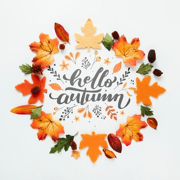 Bonjour citation automne avec des feuilles dans les tons orange Psd gratuit