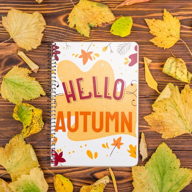 Bonjour le message d'automne sur le cahier avec maquette Psd gratuit