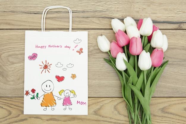 Bonne Fête Des Mères Avec Sac Cadeau Et Tulipes Psd gratuit