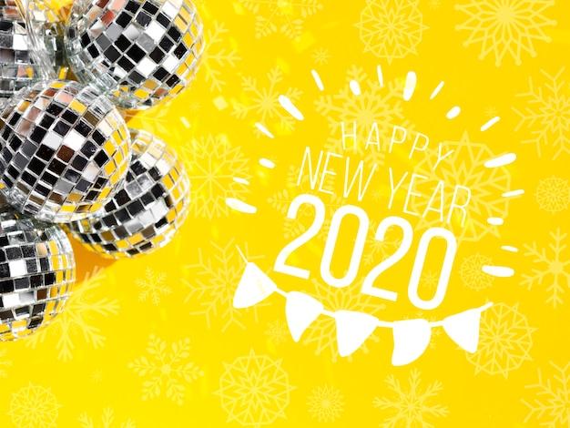 Boules De Noël élégantes En Argent Avec Nouvel An 2020 Et Guirlande Psd gratuit