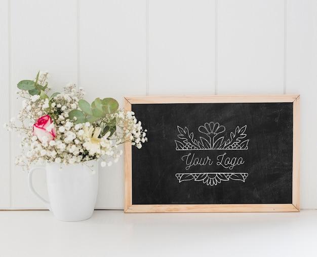 Bouquet De Fleurs Et Maquette De Tableau Psd gratuit