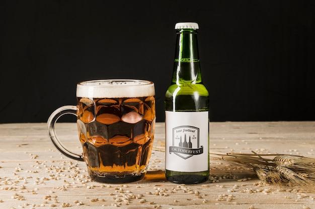 Bouteille de bière en gros plan sur une table en bois Psd gratuit