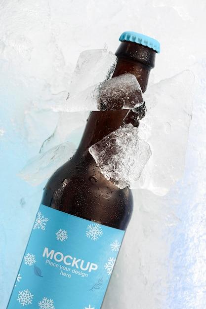 Bouteille De Bière Vue De Dessus Dans La Neige Psd gratuit