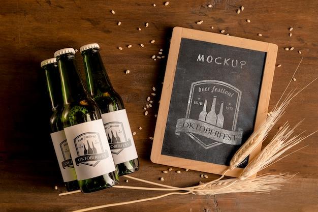 Bouteilles de bière avec du blé et cadre de la maquette Psd gratuit