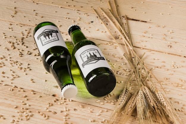 Bouteilles De Bière En Gros Plan Sur Une Table En Bois PSD Premium