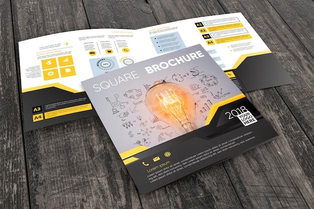 Brochure carrée sur une surface en bois Psd gratuit