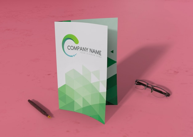 Brochure pliée avec un stylo et des lunettes pour les maquettes Psd gratuit