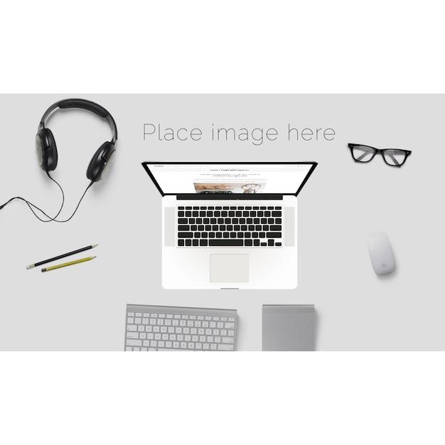 Bureau maquette avec des lunettes et des écouteurs Psd gratuit
