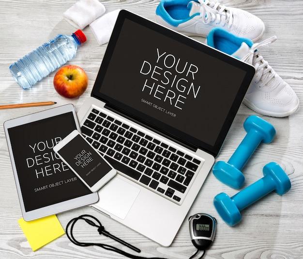 Bureau sportif en bois en haute définition avec ordinateur portable, tablette et téléphone portable PSD Premium
