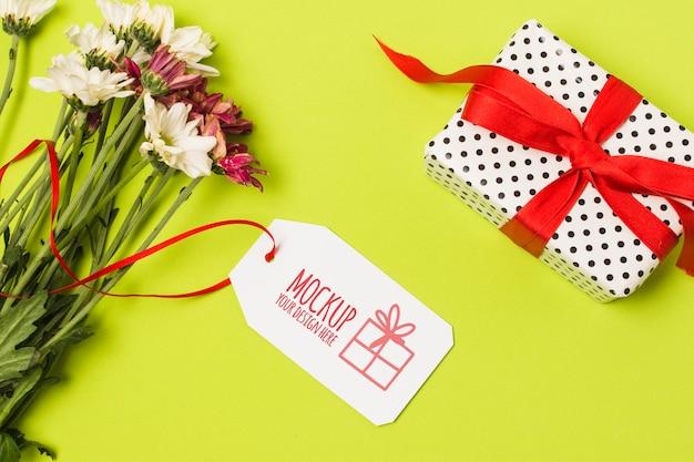 Cadeau D'anniversaire Avec étiquette Maquette Psd gratuit