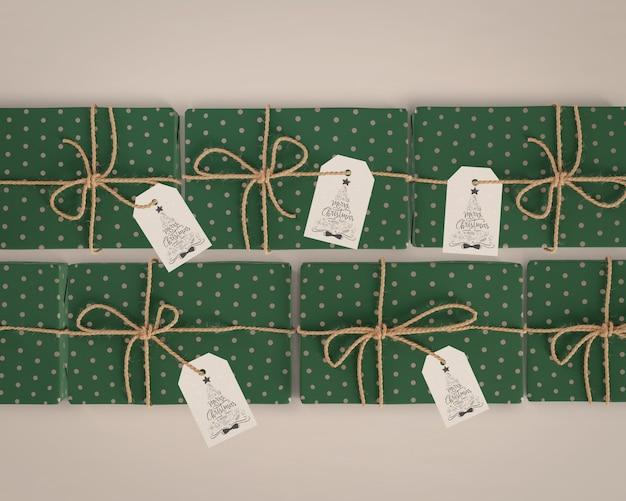 Cadeaux Emballés Dans Du Papier Vert Avec Des étiquettes Psd gratuit