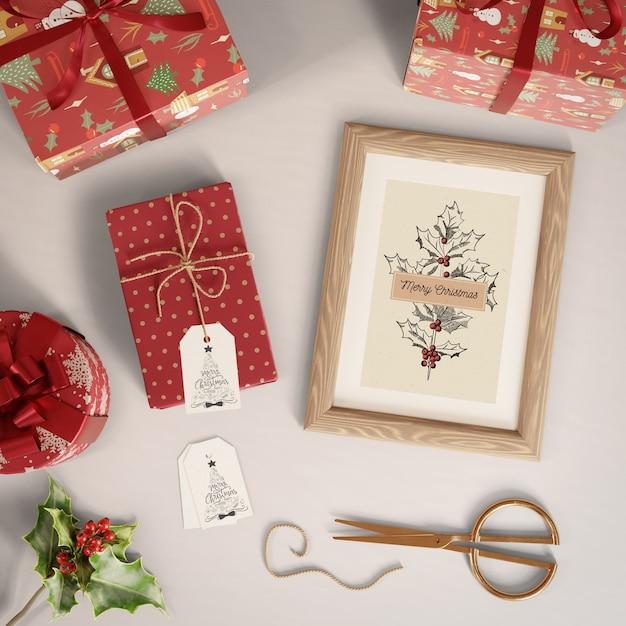 Cadeaux avec étiquettes et peinture sur le thème de noël Psd gratuit
