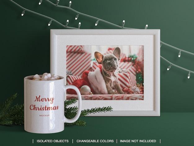 Cadre De Carte Photo De Voeux De Vacances Et Maquette De Tasse Et Créateur De Scène Avec Branche De Noël PSD Premium