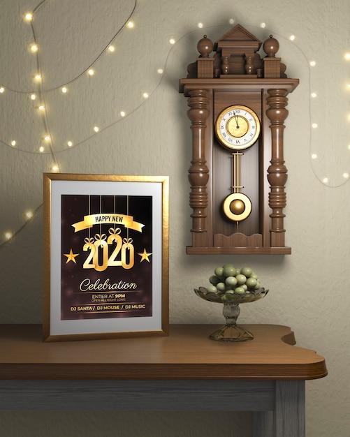 Cadre à côté de la montre sur le mur avec thème de la nouvelle année Psd gratuit