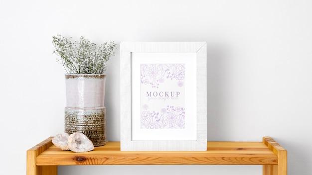 Cadre De Maquette à Côté De Fleurs Psd gratuit