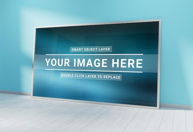 Cadre photo argenté se penchant dans la maquette intérieure bleue PSD Premium