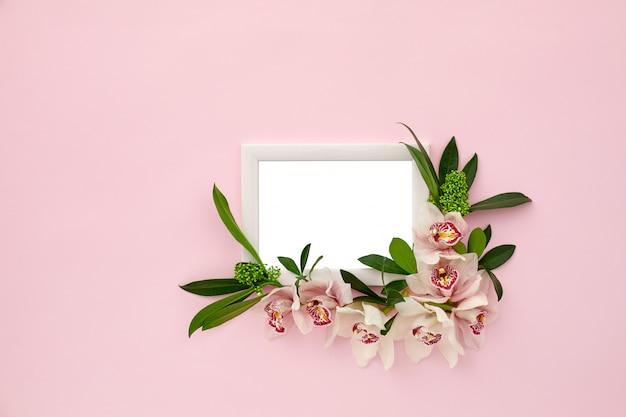 Cadre Photo Décoré De Feuilles Vertes Et De Fleurs D'orchidées PSD Premium