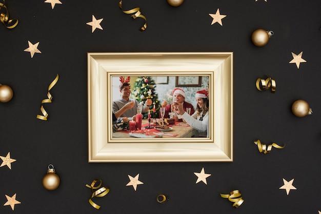 Cadre photo de famille avec boules et étoiles suspendues en or Psd gratuit