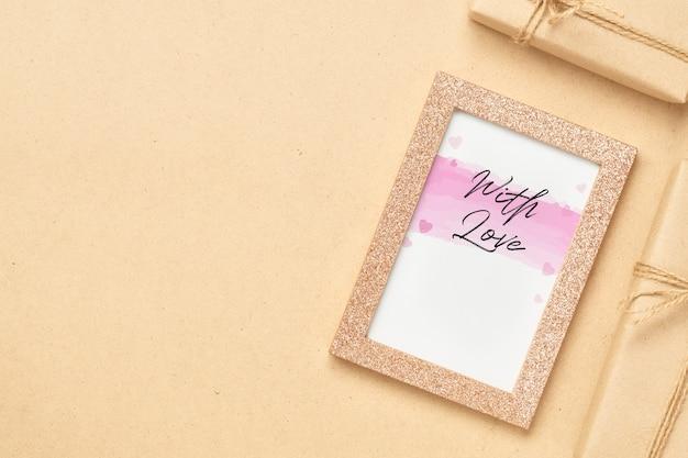 Cadre Photo Maquette Avec Boîtes De Cadeau Kraft PSD Premium