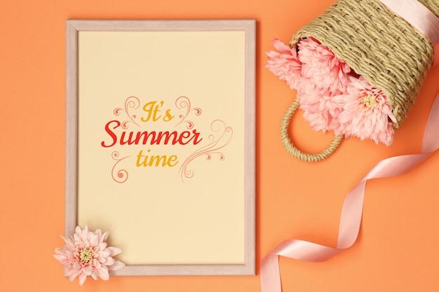 Cadre photo maquette d'été avec ruban et panier de fleurs PSD Premium