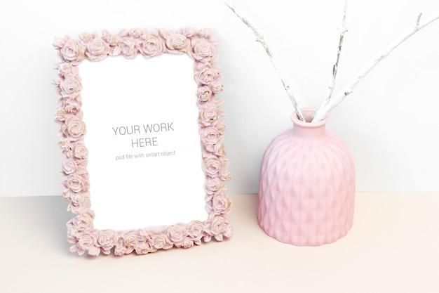Cadre Photo Maquette Avec Fleur Rose Rose Et Vase Rose PSD Premium
